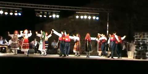 Απόσπασμα από το ετήσιο Φεστιβάλ Παραδοσιακών Χορών που γίνεται στο κάστρο της Μήθυμνας. Χορεύει το χ<em>ορευτικό</em> τμήμα του Μορφωτικού Συλλόγου<em>Ανεμωτισίων</em> Λέσβου.