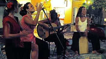 Κορίτσια από την Ισπανία σ' ένα παγκάκι κάτω από τον πλάτανο, Δευτέρα βράδυ.