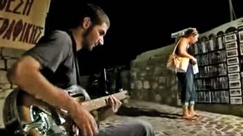 Στα σκαλάκια, μπροστά από το κτήριο της πινακοθήκης, ο Γιάννης παίζει με μοναδικό τρόπο τα blues.