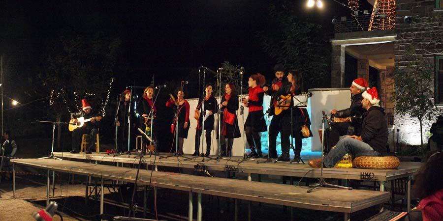 Η ετήσια γιορτή των Χριστουγέννων γίνεται στο προαύλιο του Δημοτικού σχολείου. Παραστάσεις και μουσικά σύνολα πλαισιώνουν το παζάρι. Εδώ η ομάδα Doon και χορός σε μουσικοχορευτική παράσταση με θέμα τον έρωτα και την αγάπη.