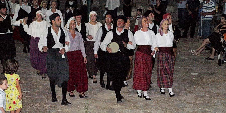 Tο ετήσιο Φεστιβάλ Παραδοσιακών Χορών γίνεται στο κάστρο της Μήθυμνας.