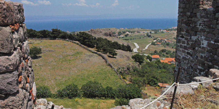 Η θέα από τα τείχη του κάστρου κόβει την ανάσα.