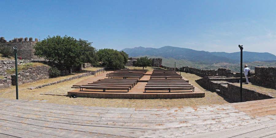Στο εσωτερικό του κάστρου έχει δημιουργηθεί σκηνή και κερκίδες. Το καλοκαίρι, εδώ, δίνονται θεατρικές παραστάσεις και συναυλίες.