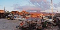 Μόλυβος. Λιμάνι το απόγευμα, λίγο πριν το ηλιοβασίλεμα. Σε πρώτο πλάνο η γλίστρα που βοηθά τους ψαράδες να βγάζουν έξω τις βάρκες για επισκευή.