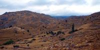 Οι άγονοι λόφοι επάνω από την Εφταλού. Νωρίς το πρωί τα χρώματα είναι εκπληκτικά.
