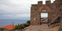 Η πύλη εισόδου στον περίβολο του κάστρου. Ακολουθήστε το μονοπάτι που κάνει το γύρο των τειχών και δείτε όλο τον οικισμό από ψηλά.