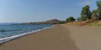 Η παραλία της Ψιριάρας στα πόδια του Μολύβου.