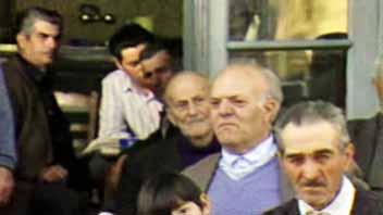 Στο επεισόδιο «ΠΙΤΥΟΥΣΑ» η εκπομπή ταξιδεύει στην ΛΕΣΒΟ και παρακολουθεί από κοντά την κατασκευή σκαριών από πεύκο και τη διαδικασία επεξεργασία της ρητίνης, υλικό που υπάρχει μέσα στο φλοιό του πεύκου.